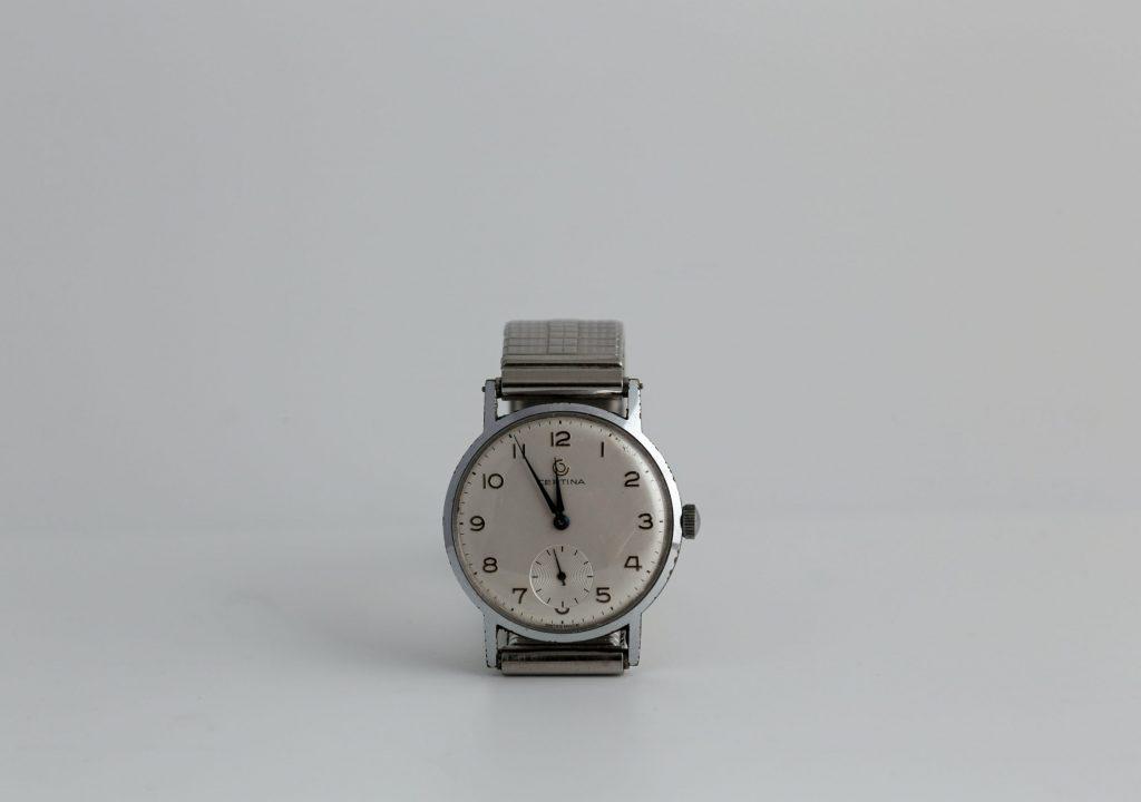 Crónica literária. Das braceletes de relógio e cordões desapertados