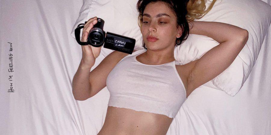 """""""How I'm Feeling Now"""": manifesto da explosiva quarentena de Charli XCX"""