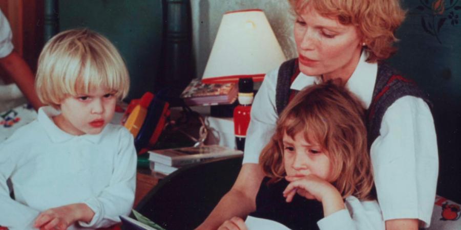 """HBO estreia série documental """"Allen v. Farrow"""" que analisa o conflito entre Woody Allen e Mia Farrow"""