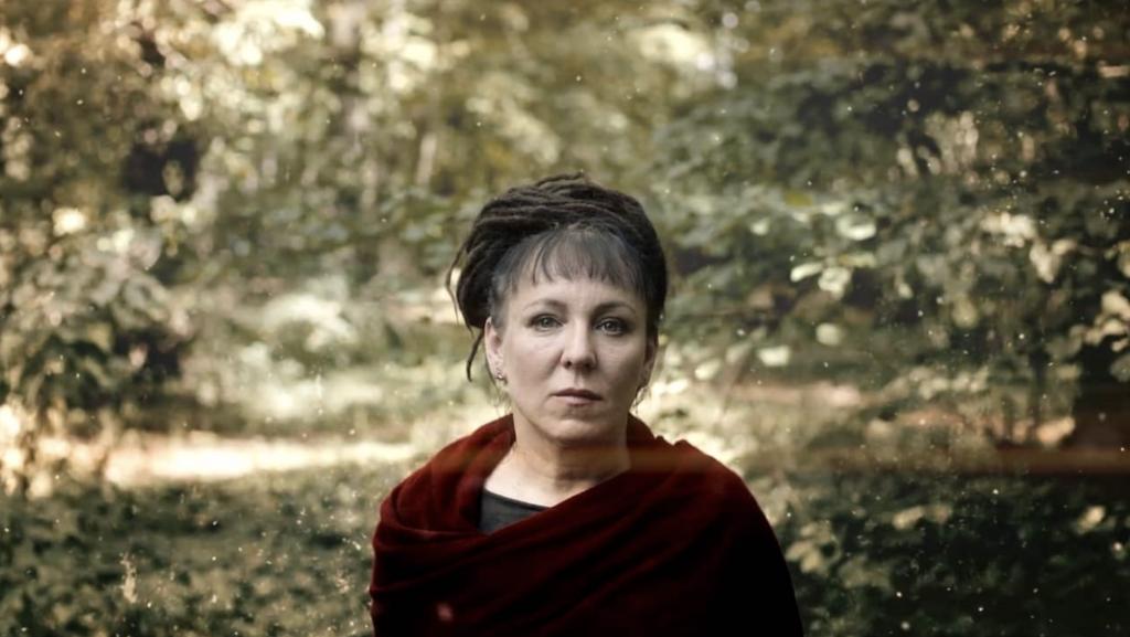 """A urgência ecológica em """"Conduz o Teu Arado Sobre os Ossos dos Mortos"""", de Olga Tokarczuk"""