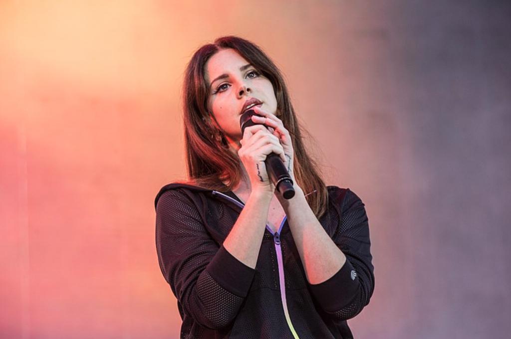 Lana Del Rey anuncia novo álbum e responde a críticas