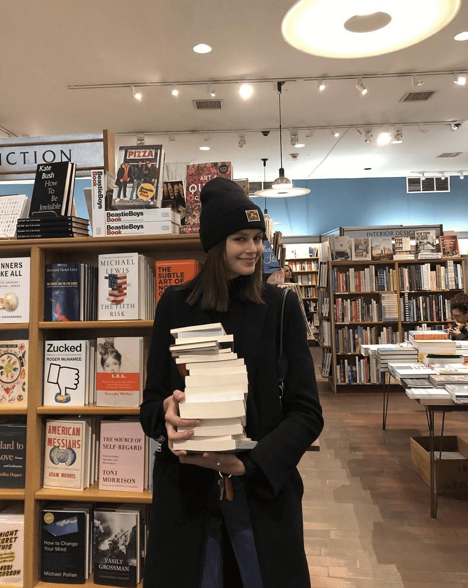 Kaia Gerber, a modelo que se esconde dos paparazzi com livros