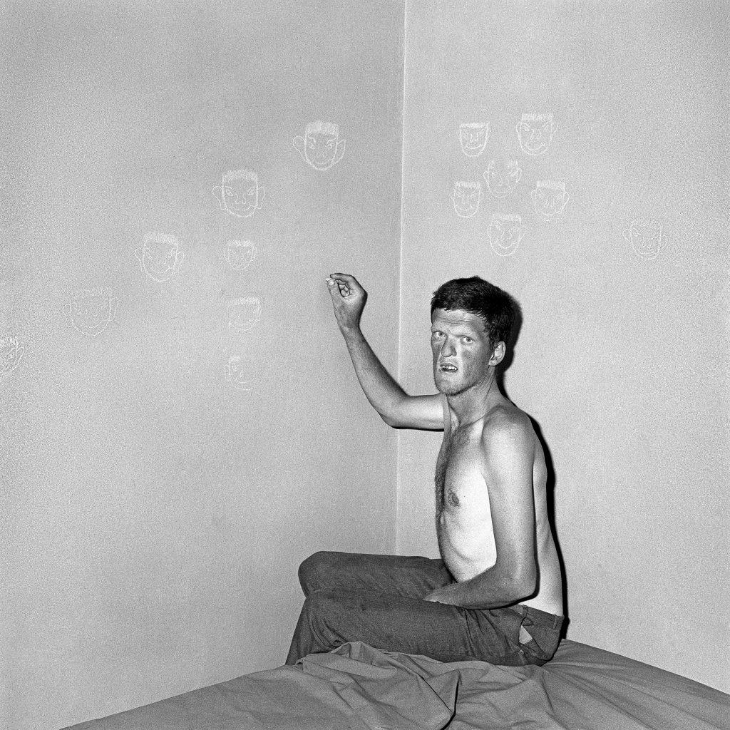 Portugal recebe exposição inédita de Roger Ballen. Fotógrafo é conhecido por evocar o absurdo da condição humana