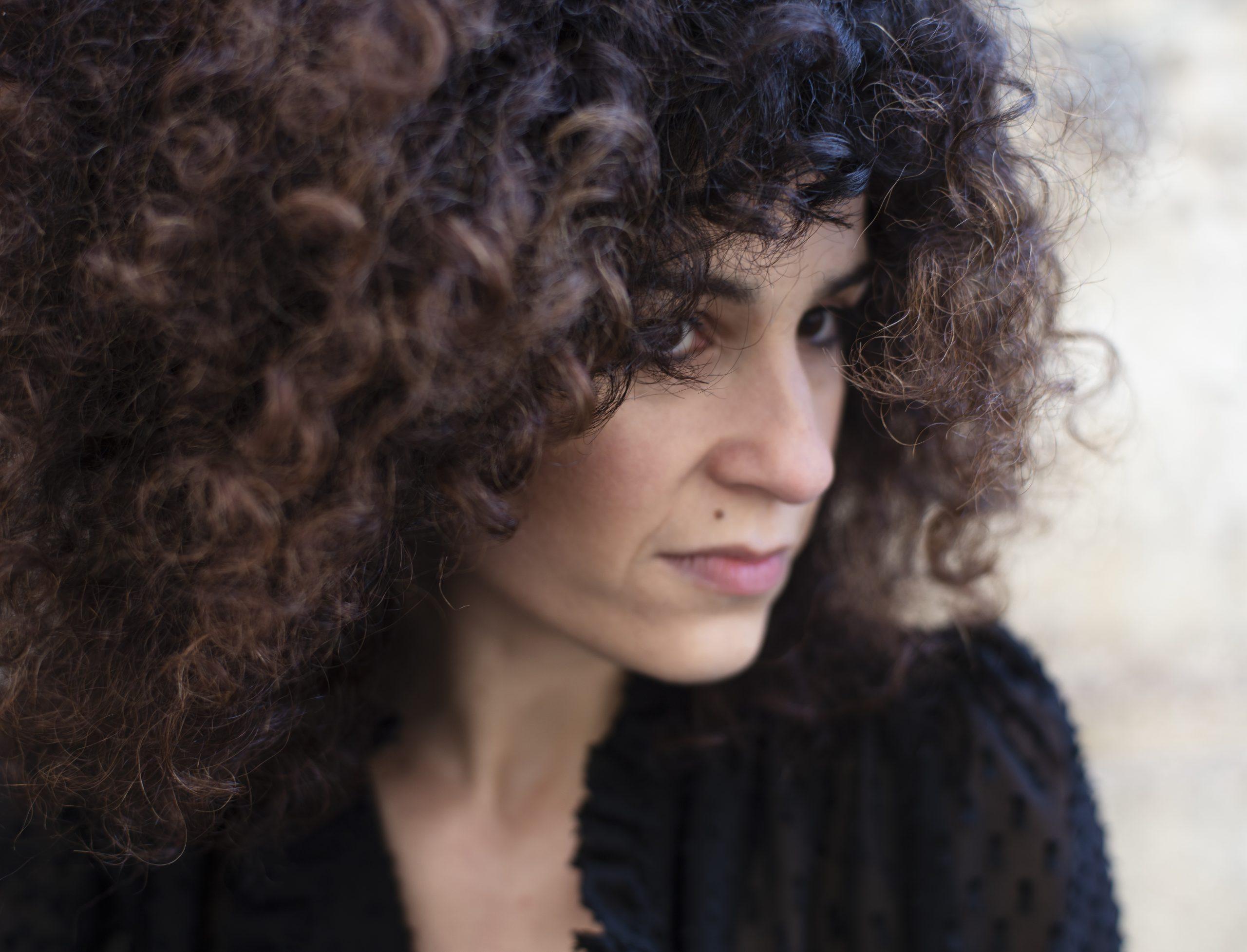 """Cristina Clara lança disco de estreia """"Lua Adversa"""", uma ponte entre Portugal e Brasil, entre o fado e o chorinho"""